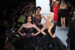 Passeggiata dei modelli il finale della pista alla sfilata di moda di Michael Costello Fotografia Stock