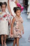 Passeggiata dei modelli il finale della pista alla sfilata di moda di Nancy Vuu Fotografie Stock Libere da Diritti