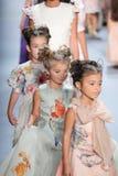 Passeggiata dei modelli il finale della pista alla sfilata di moda di Nancy Vuu Immagini Stock Libere da Diritti