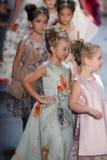 Passeggiata dei modelli il finale della pista alla sfilata di moda di Nancy Vuu Fotografie Stock
