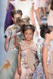 Passeggiata dei modelli il finale della pista alla sfilata di moda di Nancy Vuu Immagine Stock
