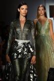 Passeggiata dei modelli il finale della pista alla sfilata di moda di Raul Penaranda Fotografia Stock