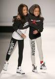 Passeggiata dei modelli la pista alla sfilata di moda dei bambini del Nike Levi durante la Mercedes-Benz Fashion Week Fall 2015 Fotografia Stock Libera da Diritti