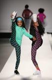 Passeggiata dei modelli la pista alla sfilata di moda dei bambini del Nike Levi durante la Mercedes-Benz Fashion Week Fall 2015 Immagini Stock