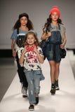 Passeggiata dei modelli la pista alla sfilata di moda dei bambini del Nike Levi durante la Mercedes-Benz Fashion Week Fall 2015 Fotografia Stock