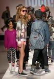 Passeggiata dei modelli la pista alla sfilata di moda dei bambini del Nike Levi durante la Mercedes-Benz Fashion Week Fall 2015 Immagini Stock Libere da Diritti