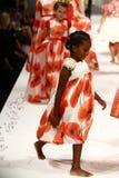 Passeggiata dei modelli la pista alla sfilata di moda di Nancy Vuu Fotografia Stock Libera da Diritti