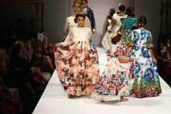 Passeggiata dei modelli la pista alla sfilata di moda di Nancy Vuu Fotografia Stock