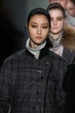 Passeggiata dei modelli la pista alla sfilata di moda di Richard Chai durante la caduta 2015 di MBFW Immagine Stock Libera da Diritti