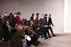 Passeggiata dei modelli la pista alla sfilata di moda di Tim Coppens durante l'autunno di New York di modo degli uomini di settim Immagine Stock