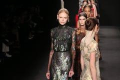 Passeggiata dei modelli la pista alla sfilata di moda di Vivienne Tam durante la Mercedes-Benz Fashion Week Fall 2015 Immagini Stock Libere da Diritti