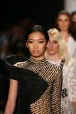 Passeggiata dei modelli la pista in una progettazione di Mimi Tran alla manifestazione di Art Hearts Fashion durante la caduta 20 Immagini Stock Libere da Diritti
