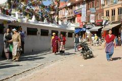 Passeggiata dei pellegrini intorno al Bodhnath Stupa immagine stock