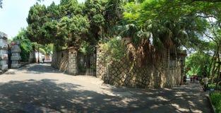 Passeggiata dei turisti alla via dell'isolotto di Gulangyu immagine stock