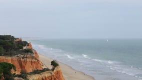 Passeggiata dei turisti lungo la spiaggia Falesia Vilamoura Portogallo Faro Albufeira video d archivio