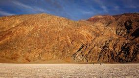 Passeggiata dei turisti sugli appartamenti del sale al bacino di Badwater nella morte Valle Fotografie Stock Libere da Diritti