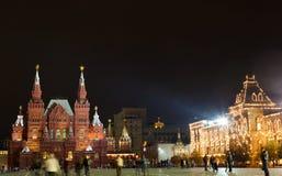 Passeggiata dei turisti sul quadrato rosso Fotografia Stock Libera da Diritti