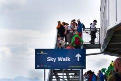 Passeggiata dei turisti sulla passeggiata del cielo di Dachstein Fotografia Stock Libera da Diritti