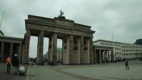 Passeggiata del Time Lapse al tor di Brandenburger a Berlino, Germania nell'inverno archivi video