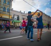 passeggiata del valzer nel centro urbano Fotografie Stock