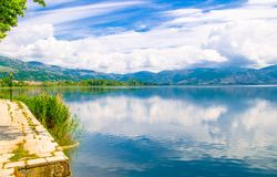Passeggiata dell'argine del lago Orestiada vicino a Kastoria, Grecia fotografia stock libera da diritti