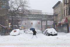 Passeggiata dell'uomo attraverso la via durante la bufera di neve Fotografia Stock Libera da Diritti