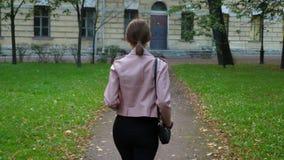 Passeggiata della donna da solo nel distretto urbano pericoloso stock footage