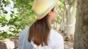 Passeggiata della donna lungo lungomare al rallentatore Dietro il punto di vista del viaggiatore femminile che gode della vacanza video d archivio