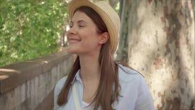 Passeggiata della donna lungo lungomare al rallentatore Vista frontale del viaggiatore femminile che gode della vacanza all'apert stock footage
