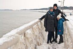 Passeggiata della famiglia di inverno alla spiaggia di Darlowo Fotografie Stock Libere da Diritti