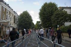 Passeggiata della gente al carnevale di Notting Hill Immagine Stock