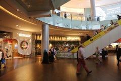 Passeggiata della gente al centro commerciale del Dubai Immagine Stock