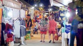 Passeggiata della gente al mercato asiatico di notte dell'abbigliamento della via sulla spiaggia di Jomtien Pattaya, Tailandia stock footage