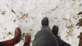 Passeggiata della gente attraverso Forest In Snowfall archivi video