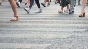 Passeggiata della gente attraverso la strada al rallentatore video d archivio