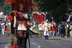 Passeggiata della gente della maschera al carnevale di Notting Hill Fotografia Stock Libera da Diritti
