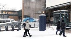 Passeggiata della gente durante la neve Fotografie Stock