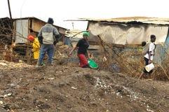 Passeggiata della gente in fango Immagine Stock