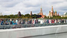 Passeggiata della gente sul ponte di barche del parco di Zaryadye Immagine Stock Libera da Diritti