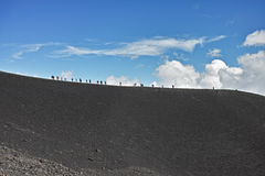 Passeggiata della gente sull'alta montagna Fotografie Stock Libere da Diritti