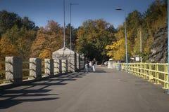 Passeggiata della gente sulla diga in Polonia Fotografia Stock