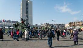 Passeggiata della gente sulla piazza Fotografia Stock