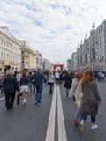 Passeggiata della gente sulla via di Tverskaya, Mosca Fotografie Stock Libere da Diritti