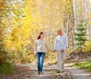 Passeggiata della moglie e del marito nella foresta di autunno fotografia stock