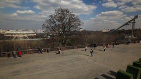 passeggiata della Mosca-gente un giorno caldo archivi video
