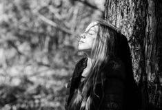 Passeggiata della ragazza in giardino botanico Godere della natura Giardino pacifico dell'ambiente Bambino operato sveglio del ba fotografia stock libera da diritti