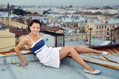 Passeggiata della ragazza sui tetti Fotografia Stock