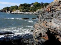 Passeggiata della scogliera di Newport con la linea costiera rocciosa Fotografie Stock Libere da Diritti