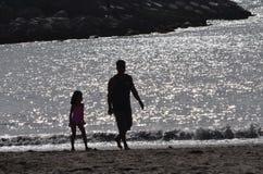 Passeggiata della spiaggia della figlia e del padre Fotografia Stock