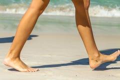 Passeggiata della spiaggia delle donne Fotografie Stock